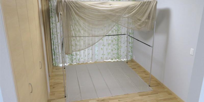 シールドメッシュ蚊帳にフロアシートを敷いて放射電磁波の防護/遮蔽効果アップ