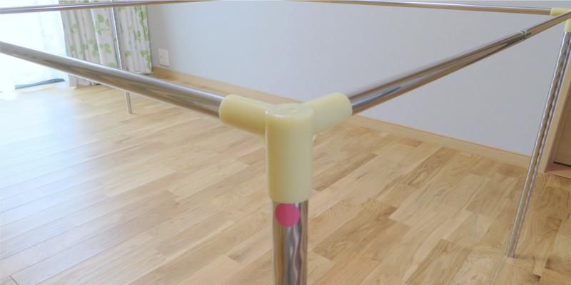 天井部の継ぎ手に支柱パイプを差し込みます