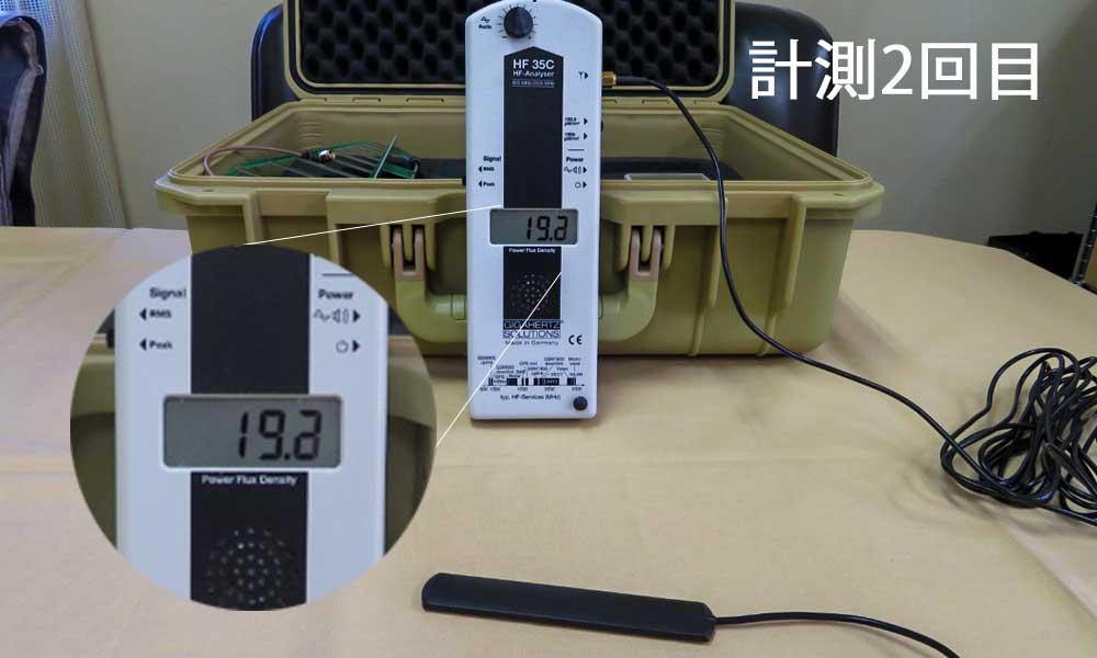 テーブル上の電磁波値はほぼ、19~20μW/㎡の電磁波環境